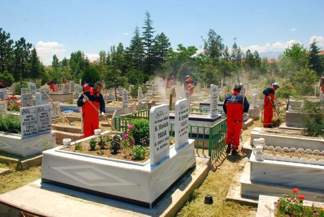 Konya'nın 31 İlçesindeki Mezarlıklar Artık Daha Bakımlı