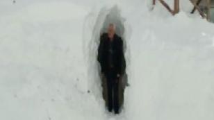 Konya'da evlerine, kar içine açtıkları tünelden giriyorlar