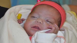 Gülizar bebek yaşam savaşını bırakmadı