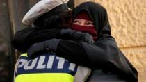 Danimarka'da protestocuya sarılan polis hakkında soruşturma başlatıldı